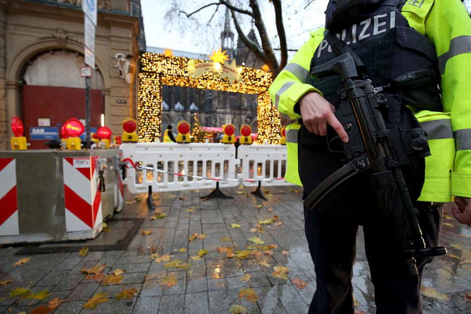 Im Jahr 2017 sicherten Polizisten mit Maschinenpistolen die Weihnachtsmärkte in Köln und NRW ab. Dieses Jahr sollen sie sichtbar Präsenz zeigen, aber ohne große Waffen.
