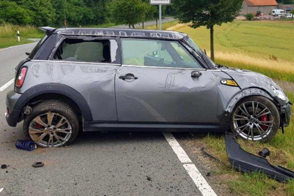 Der Mini überschlug sich und blieb dann am Straßenrand stehen.