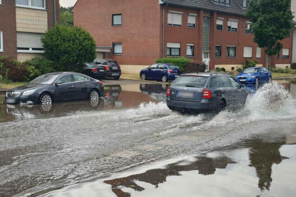 In Mönchengladbach wurden Straßen überflutet. Die Feuerwehr musste insgesamt 115 Mal ausrücken.
