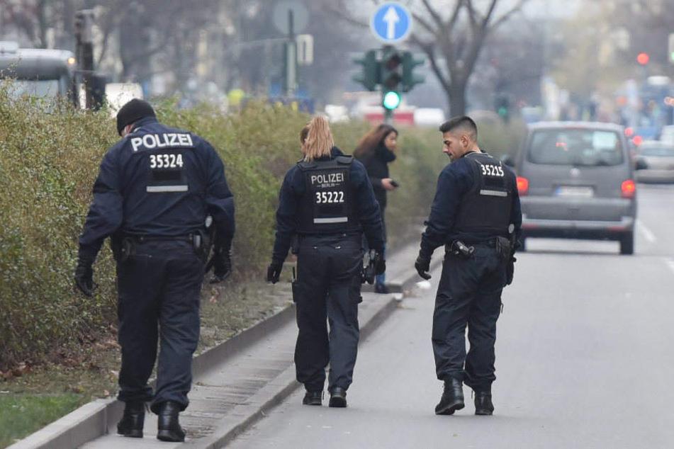 Polizisten untersuchen das Gebiet.