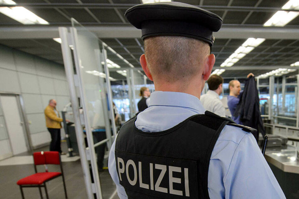 Die Bundespolizei musste am Flughafen Dresden einem aufgebrachten Mann Handschellen anlegen.