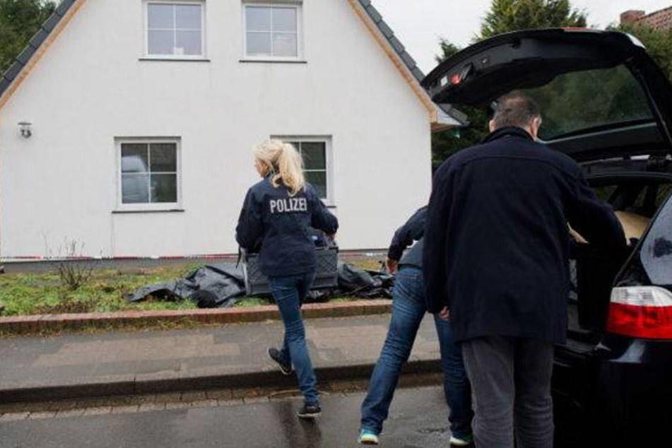 Kriminalpolizisten vor dem Haus des Lehrers in Celle. Der 55-Jährige wurde erschlagen in seinem Keller gefunden.
