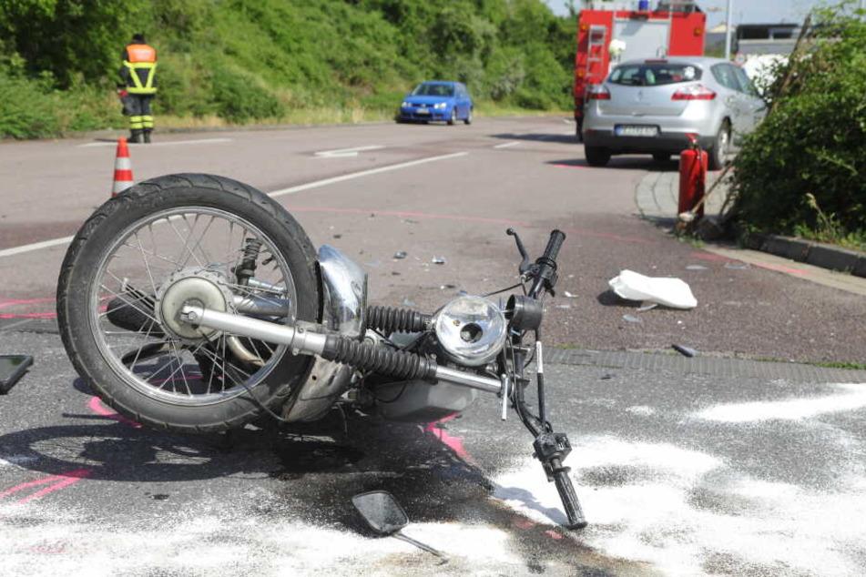 Die Simson liegt auf der Straße. Der Fahrer musste schwer verletzt ins Krankenhaus gebracht werden.