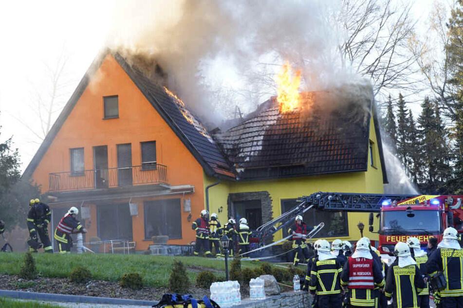 Großalarm für die Feuerwehr: Das Feuer zerstörte in der Auerbacher Schulstraße das Dach des Einfamilienhauses.