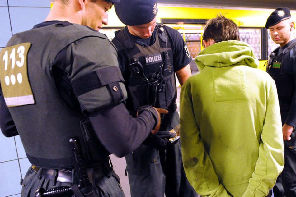 Als die Beamten die Jugendlichen festnehmen wollte, rannte der 18-Jährige los. (Symbolbild)