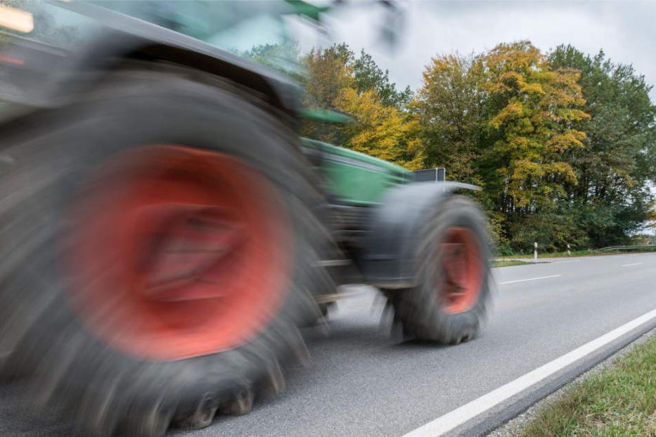 Der 35-Jährige holte seinen Traktor, um sein steckengebliebenes Auto zu bergen. (Symbolbild)