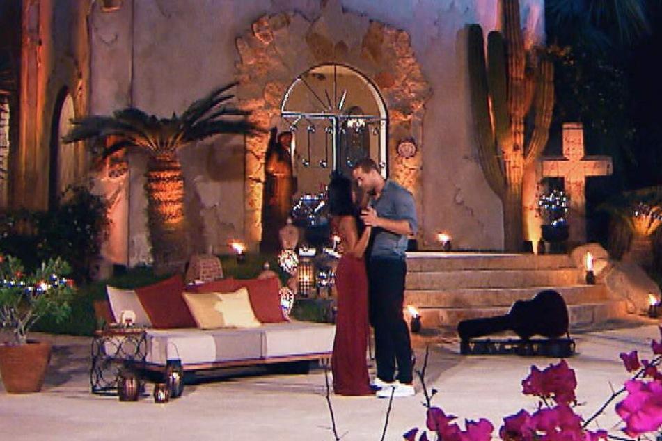 Beim einem romantischen Tanz kommen sich die beiden näher.