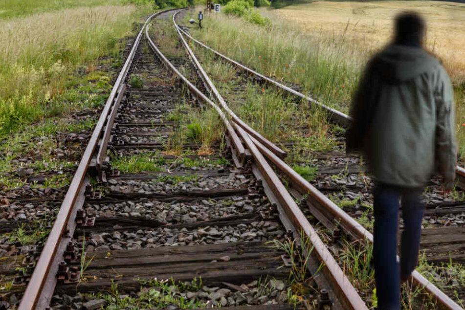 Mann läuft leichtsinnig auf Bahngleisen: Lebensgefahr!