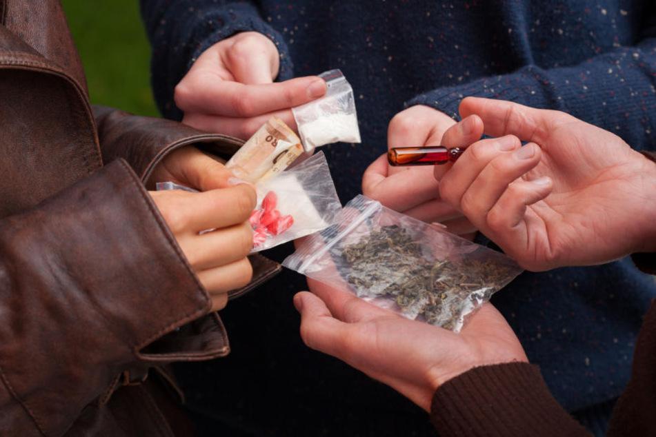 In der Wohnung des Mannes fanden die Polizisten Rauschgift und eine Feinwaage. (Symbolbild)