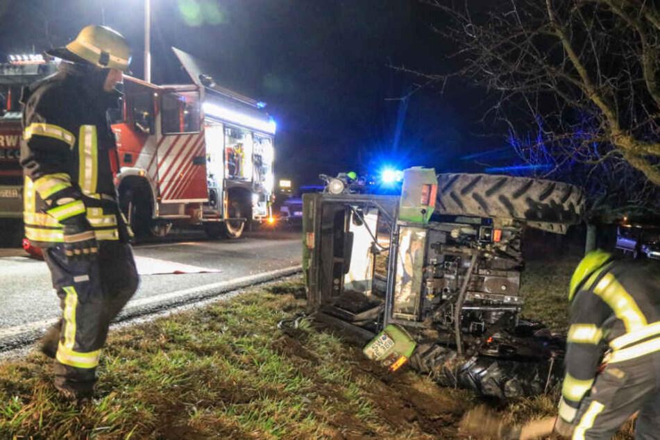 Zwei Schwerverletzte nach Crash mit Traktor: Fahrer fliegt aus Führerhaus