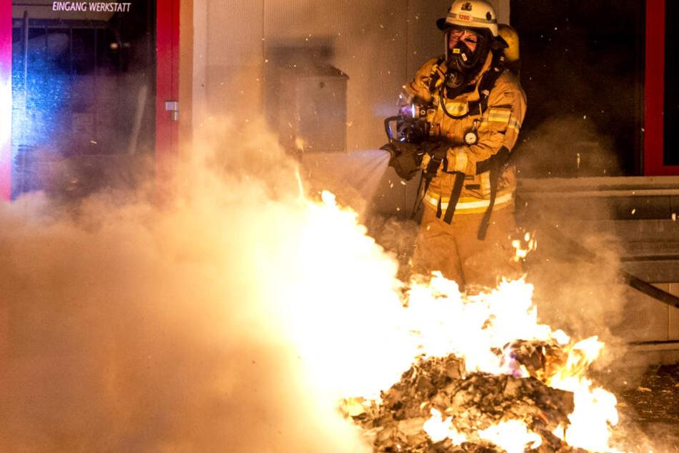 Brandstiftung in Friedrichshain? Transporter, Mülltonnen und Sonnenschirme in Flammen
