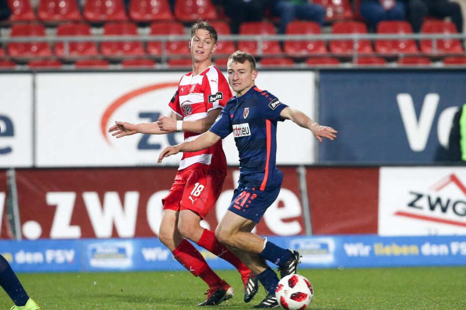 Daniel Bohl (r., gegen Lion Lauberbach) im Trikot von Energie Cottbus beim Spiel gegen den FSV Zwickau.