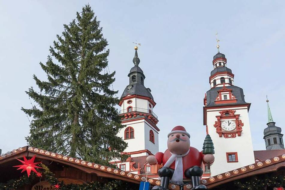 Schräge Nummer: Der große Weihnachtsbaum auf dem Chemnitzer Markt ist schief.