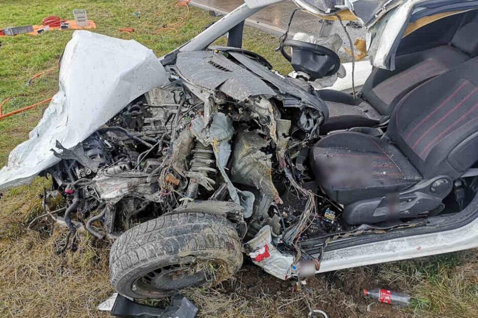 Opel prallt frontal in Lkw: 28-Jährige stirbt noch an der Unfallstelle