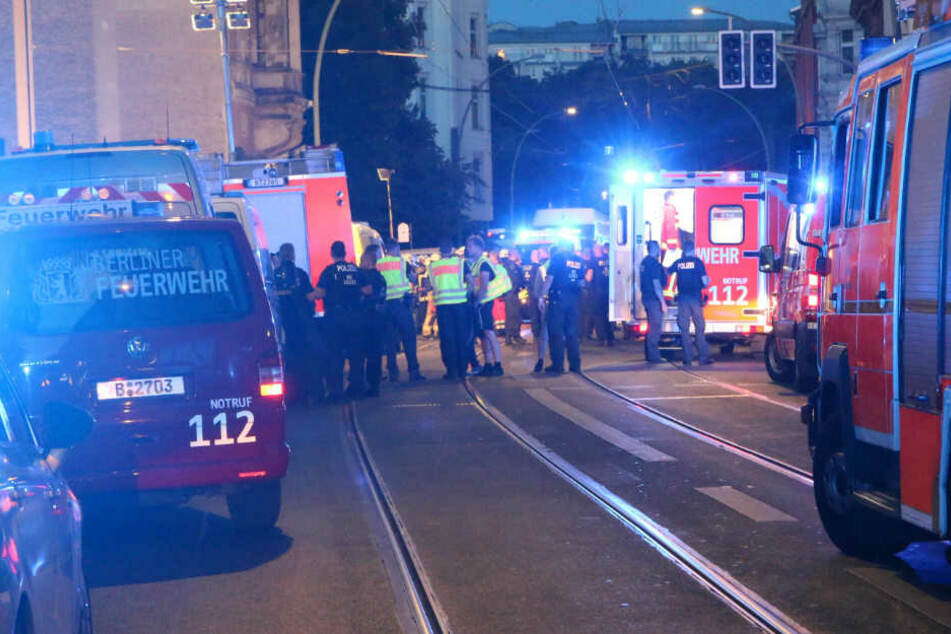 Rettungskräfte stehen am Unfallort.