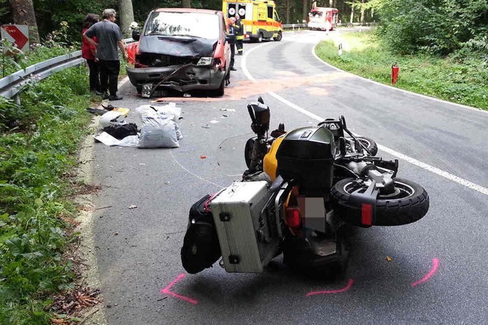 In einer Kurve kollidierten Motorrad und Auto miteinander.