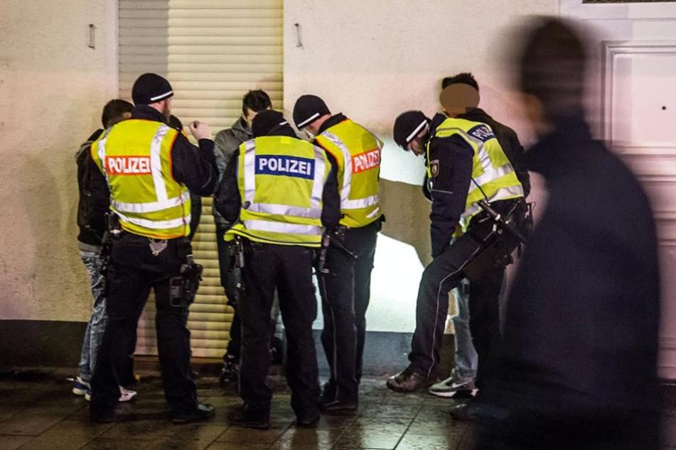 Bei einer Kontrolle schnappten die Polizisten einen mit Haftbefehl gesuchten Mann. (Symbolfoto)