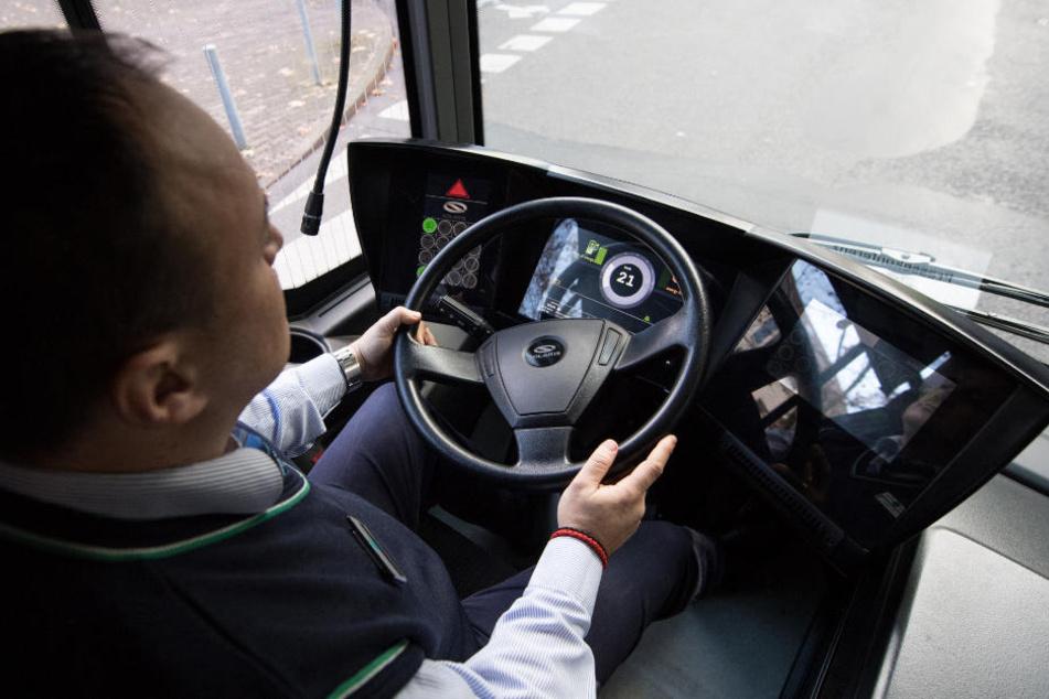 Zwei Männer pöbeln Busfahrer an, einer landet im Knast