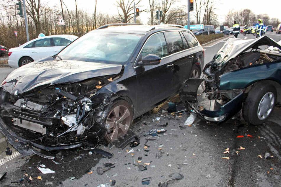 Beide Fahrzeuge wurden durch den Unfall stark beschädigt.
