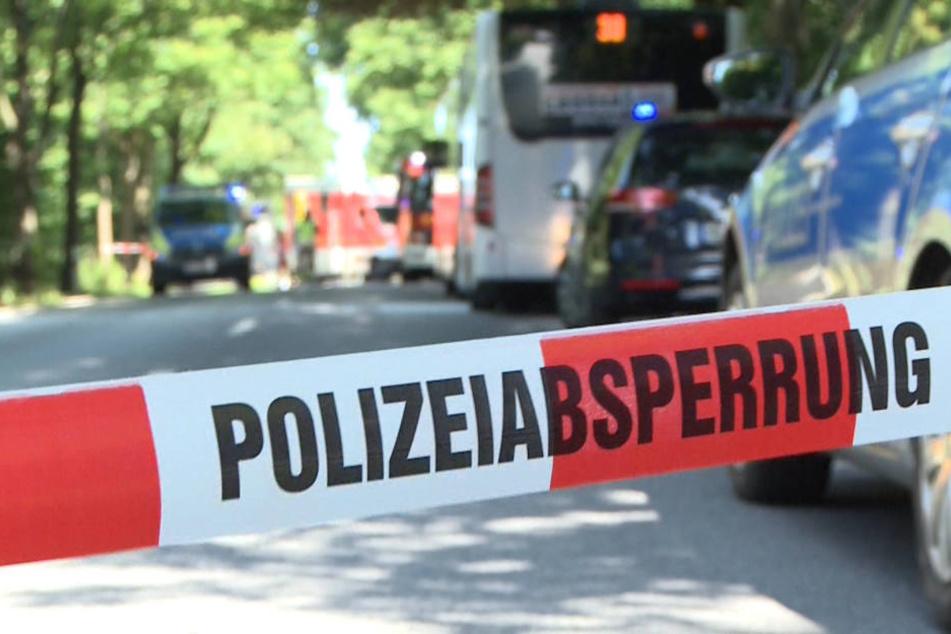 Ein Polizeiband im Stadtteil Kücknitz sperrt die Straße hinter dem Linienbus ab.