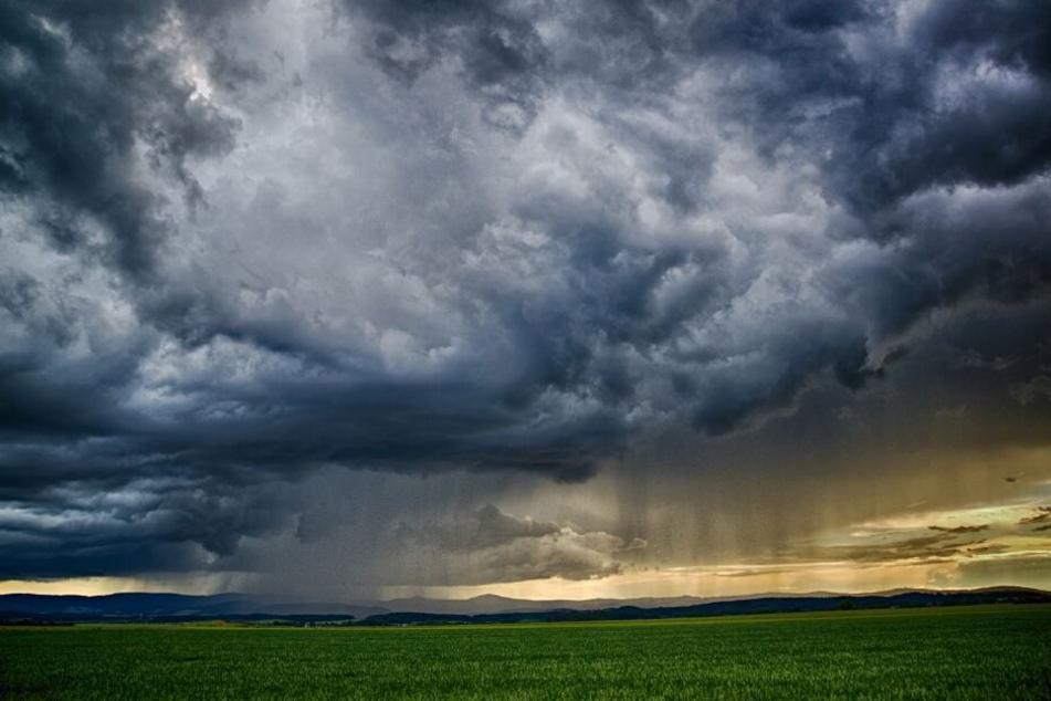 Teilweise wird der Himmel ziemlich grau sein. (Symbolbild)