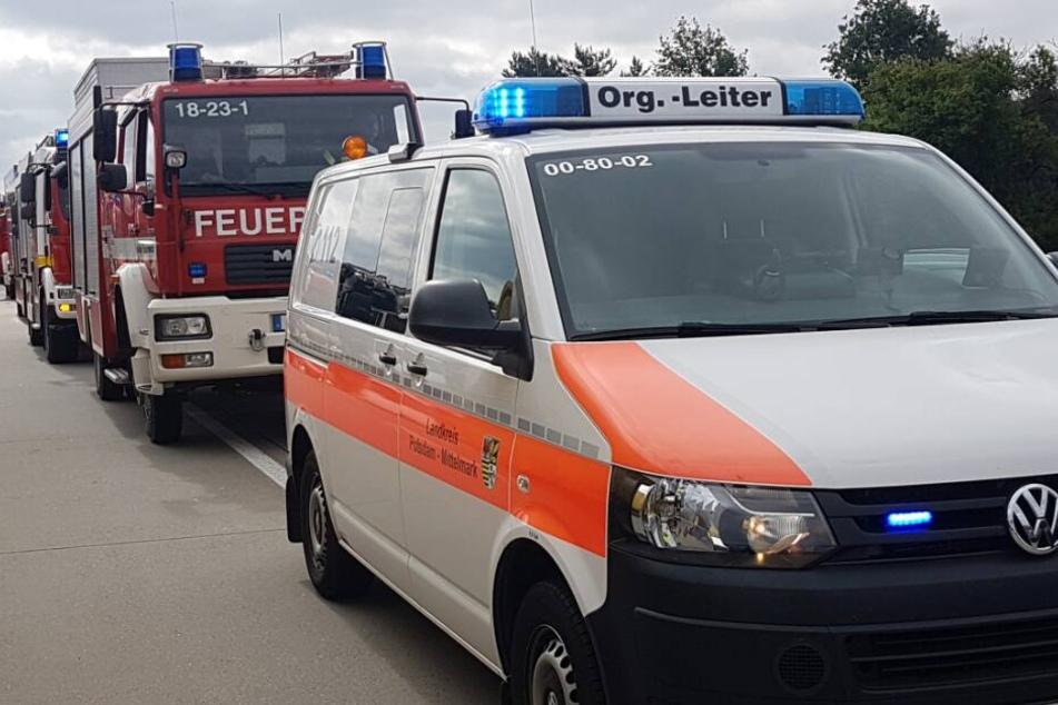 Auto stürzt Abhang hinunter: Mutter und drei kleine Kinder schwer verletzt