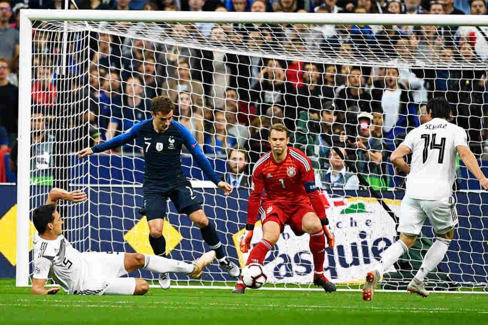 Ein Sinnbild für den deutschen Auftritt in der ersten Halbzeit: Mats Hummels (l.) klärt den Ball mit letztem Einsatz vor Frankreichs Sturmstar Antoine Griezmann (Zweiter von links). Manuel Neuer (Zweiter von rechts) und Nico Schulz (r.) schauen zu.