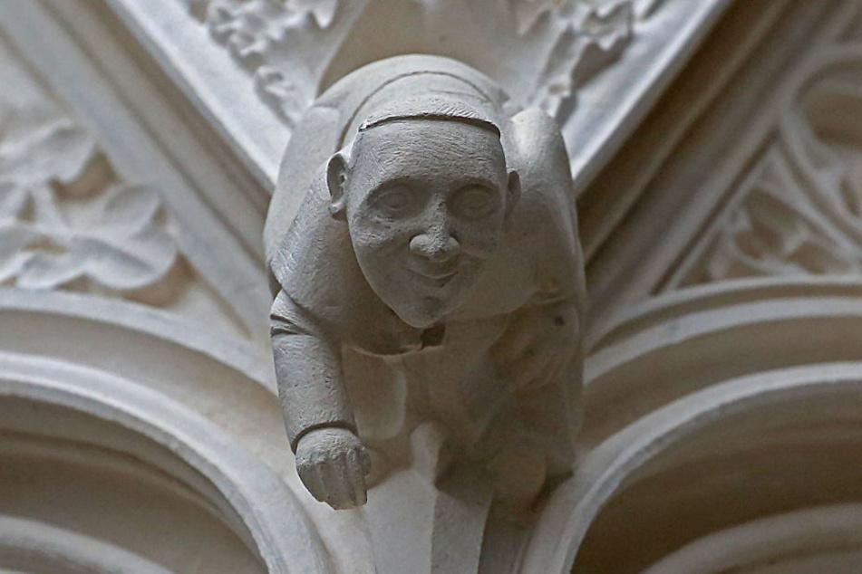 Eine Papst-Figur ziert seit kurzem den Haupteingang des Kölner Doms.