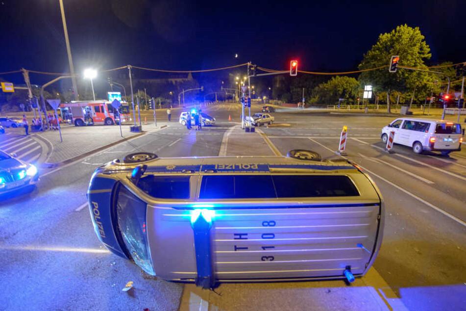 Der Mannschaftswagen kippte auf die Seite und blieb auf der Kreuzung liegen.