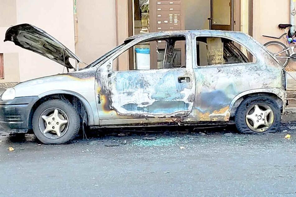 Auf der Teupitzer Straße in Neukölln hat am Sonntagnachmittag ein Opel Corsa gebrannt.