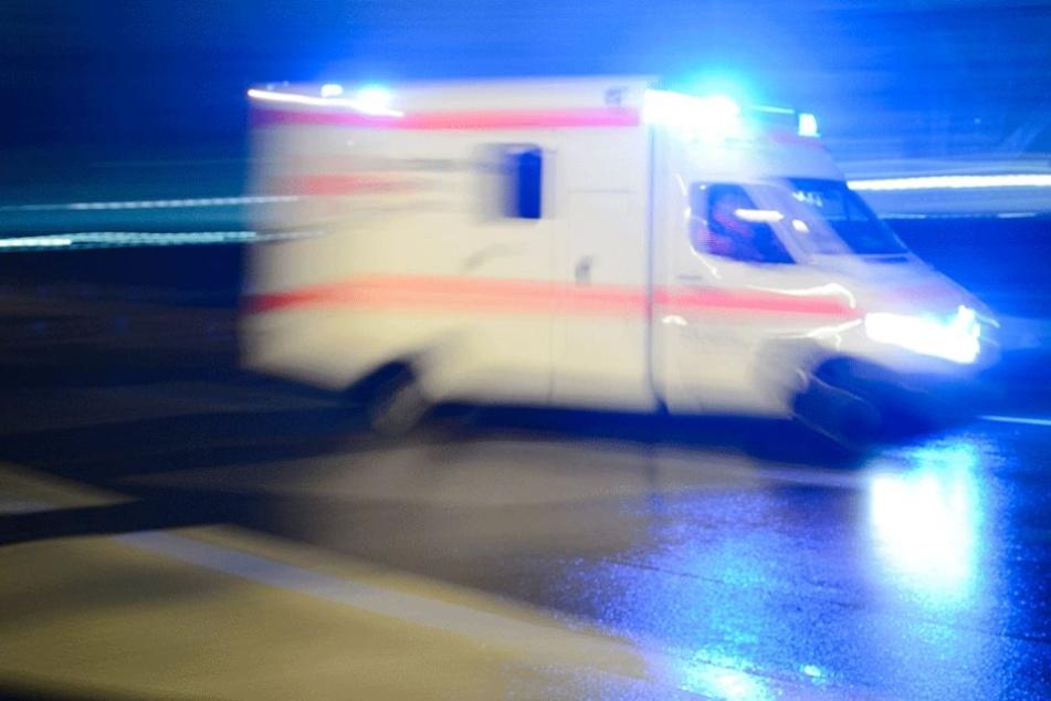 Die Frau wurde nach ihrem Sturz mit dem Krankenwagen in die Klinik gebracht (Symbolfoto).