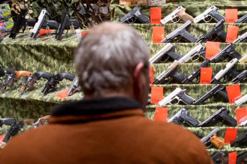 Schusswaffen bei Spezialhändlern gibt es in Hamburg unter anderem auf der Reeperbahn (Archivbild).