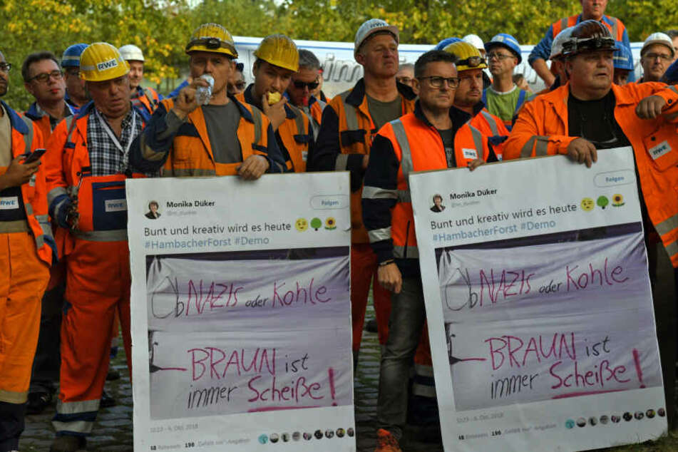 Bergarbeiter demonstrieren neben dem Landtag für den Erhalt ihrer Arbeitsplätze und gegen eine Verunglimpfung ihrer Branche.