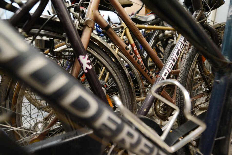 Bei der Versteigerung des Fundbüros kommen unter anderem Fahrräder unter den Hammer. (Symbolbild)