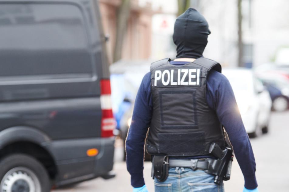 Ein Polizist steht in Berlin-Neukölln auf der Straße. (Symbolbild)