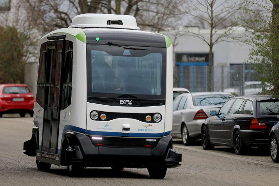 """Ein autonom fahrender Bus von """"easy mile"""" fährt über den Busbahnhof in Monheim."""