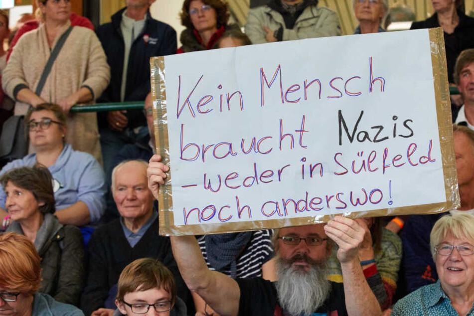 Hunderte setzen vor Handballspiel Zeichen gegen Nazi-Übergriffe