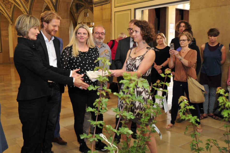 Anne Lanfermann (29) übergibt OB Barbara Ludwig (57, SPD) die Unterschriften für die Ausrufung des Klimanotstandes in Chemnitz.