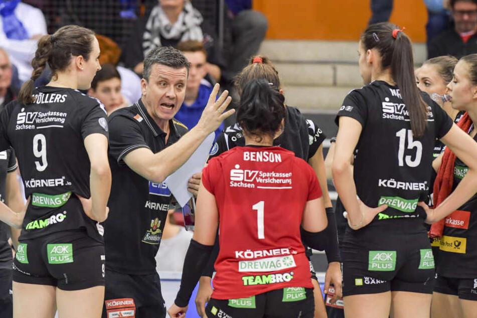Trainer Alexander Waibl versuchte, auf seine Spielerinnen einzuwirken, konnte aber nichts machen.