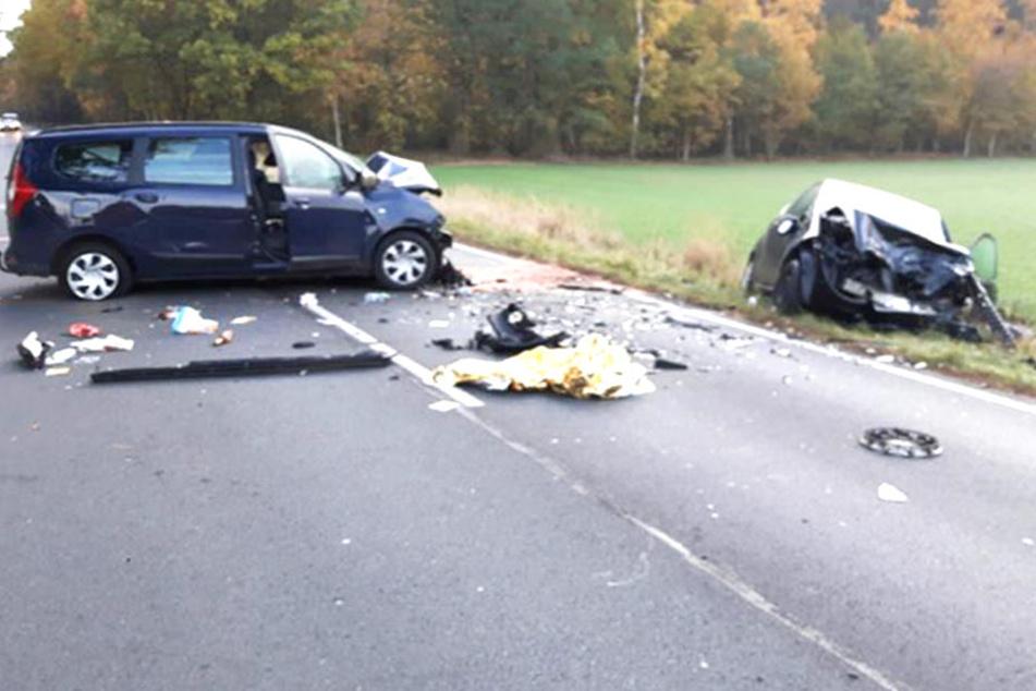 Die Trümmer lassen nur erahnen, wie schwer der Zusammenstoß der beiden Autos gewesen sein muss.