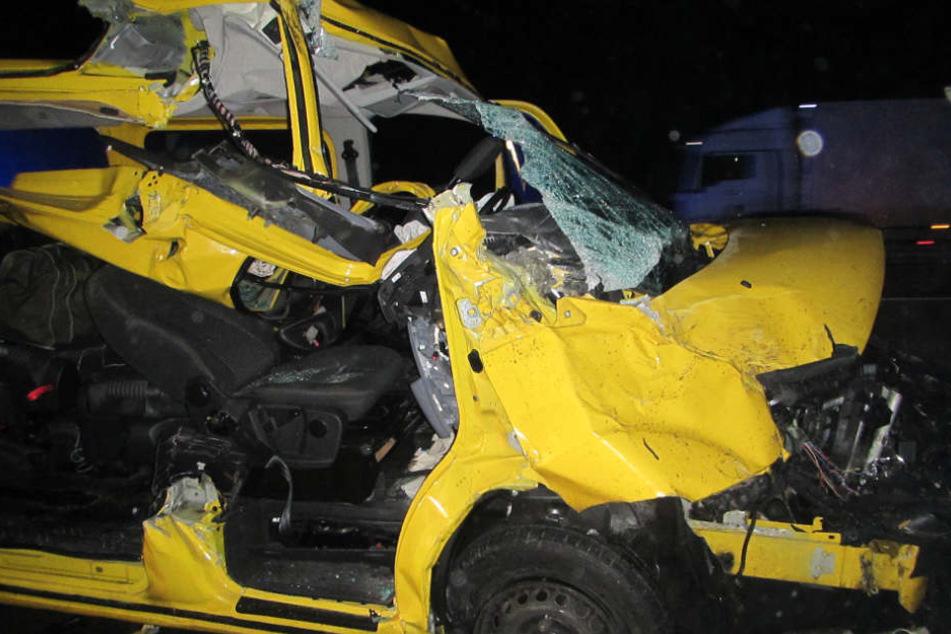 Mit 130 km/h raste der Transporter in den Lastwagen.