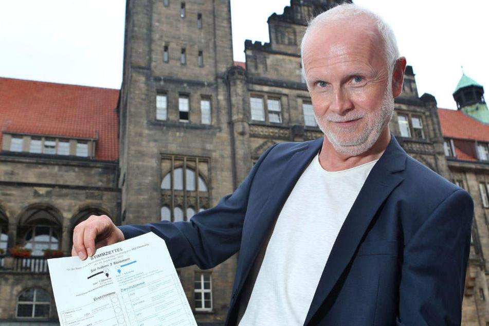 Rainer Hausding (55), Leiter der Wahlbehörde, erklärt den Stimmzettel.