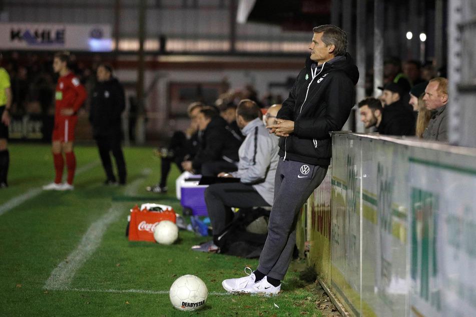 Wird er der neue CFC-Chefcoach? Rüdiger Ziehl steht hier als Trainer des VfL Wolfsburg II entspannt an der Bande.