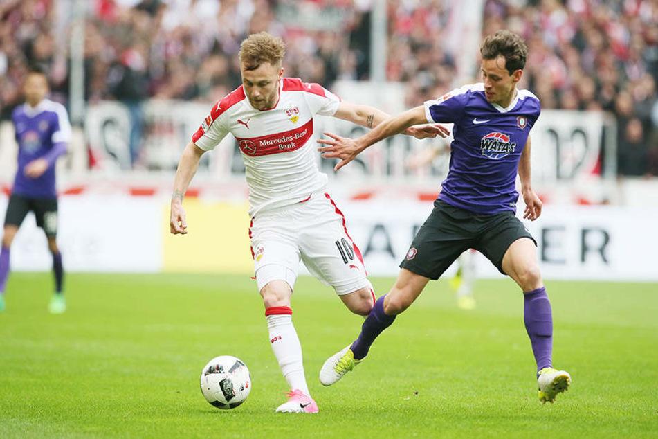 Clemens Fandrich (r./gegen Stuttgarts Alexandru Maxim) hat seine Sperre abgesessen und brennt auf einen Einsatz.