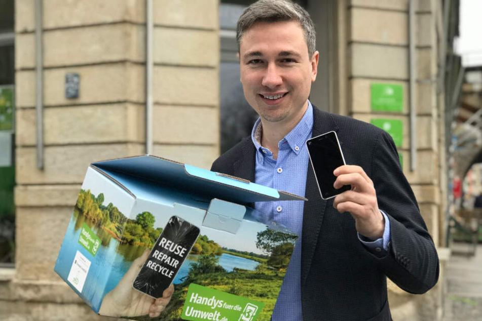 Sammelt alte Handys ein: Stephan Kühn (40), Bundestagsabgeordneter der Grünen, vor seinem Dresdner Bürgerbüro.