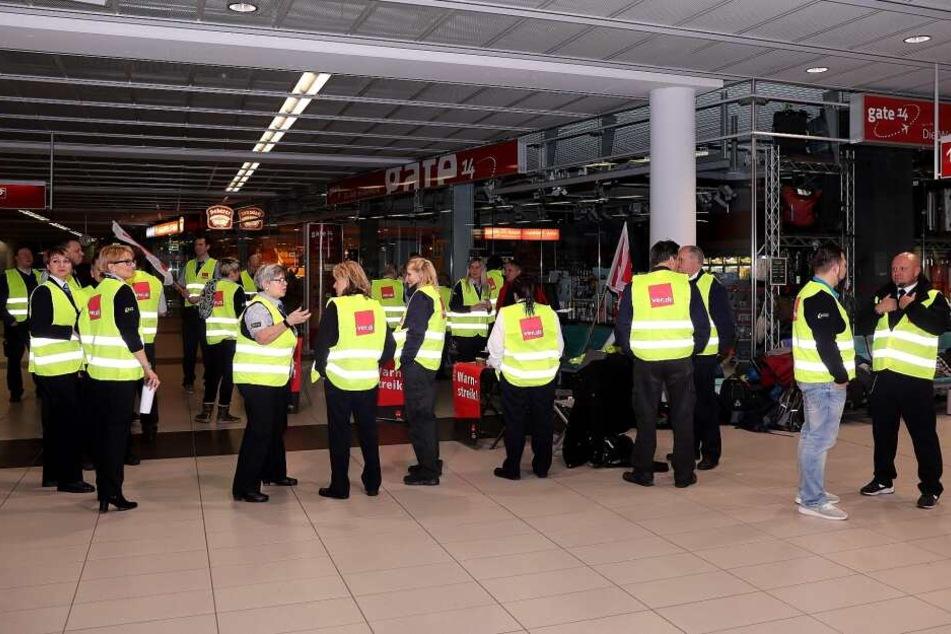 Am frühen Dienstagmorgen versammelten sich um die 20 Personen zum Streik am Dresdner Flughafen.