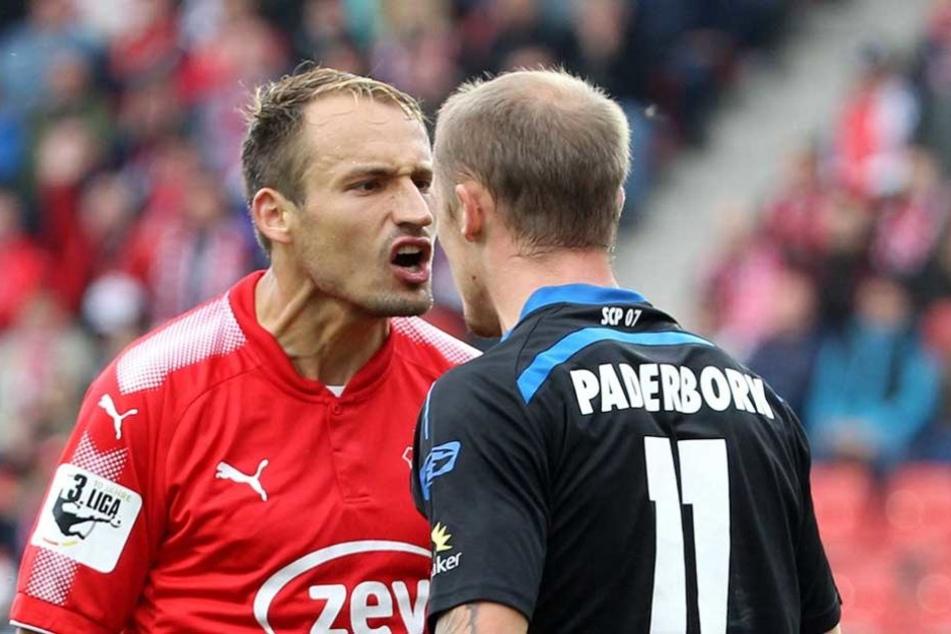 FSV-Kapitän Toni Wachsmuth (l.) wurde gegenüber Paderborns Sven Michel ziemlich laut.