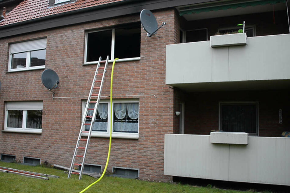Die Feuerwehrleute mussten über Leitern ins Haus einsteigen. Die Türen waren verschlossen.