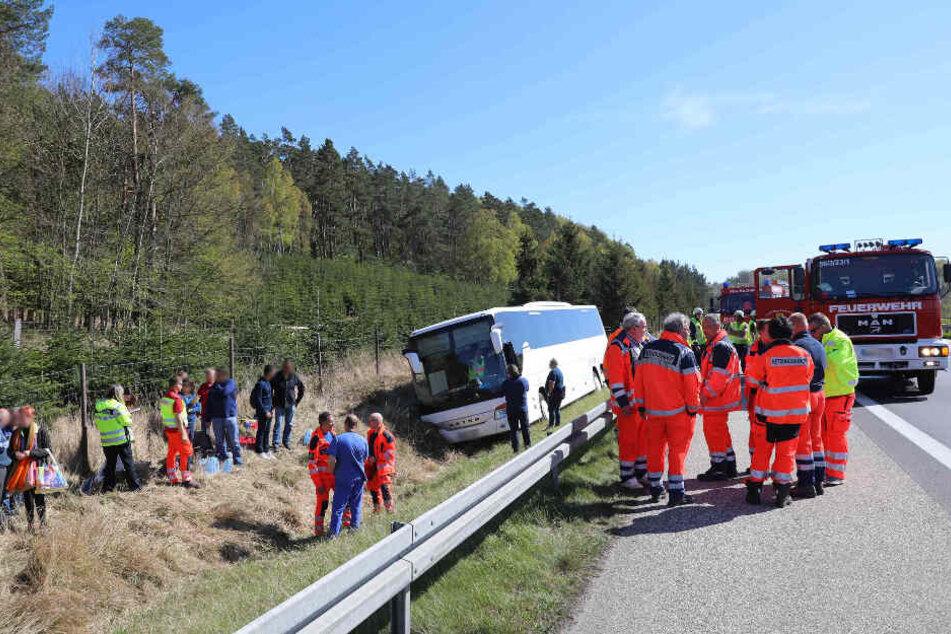 Nach dem die Feuerwehr die Reisenden aus dem Bus befreit hat, entspannte sich die Lage.