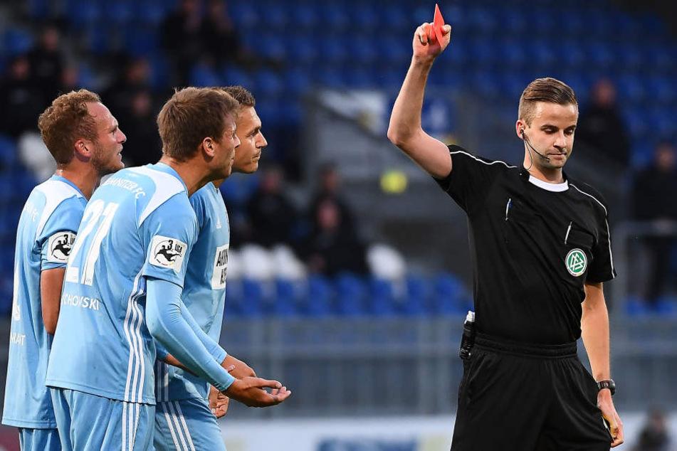 Laurin von Piechowski schickt der Schiedsrichter mit Gelb-Rot vom Platz.
